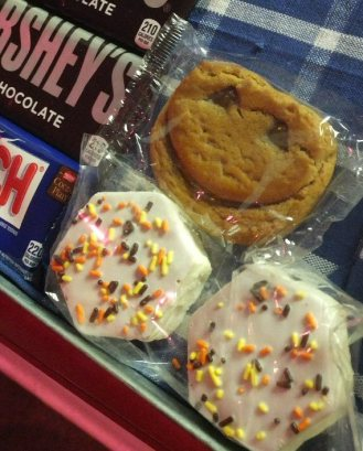 Lawrence Juber cookie at snack bar-crop